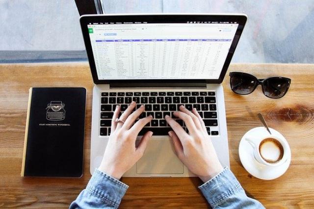 Pożyczka przez internet – jak dostać pieniądze na konto bez wychodzenia z domu?